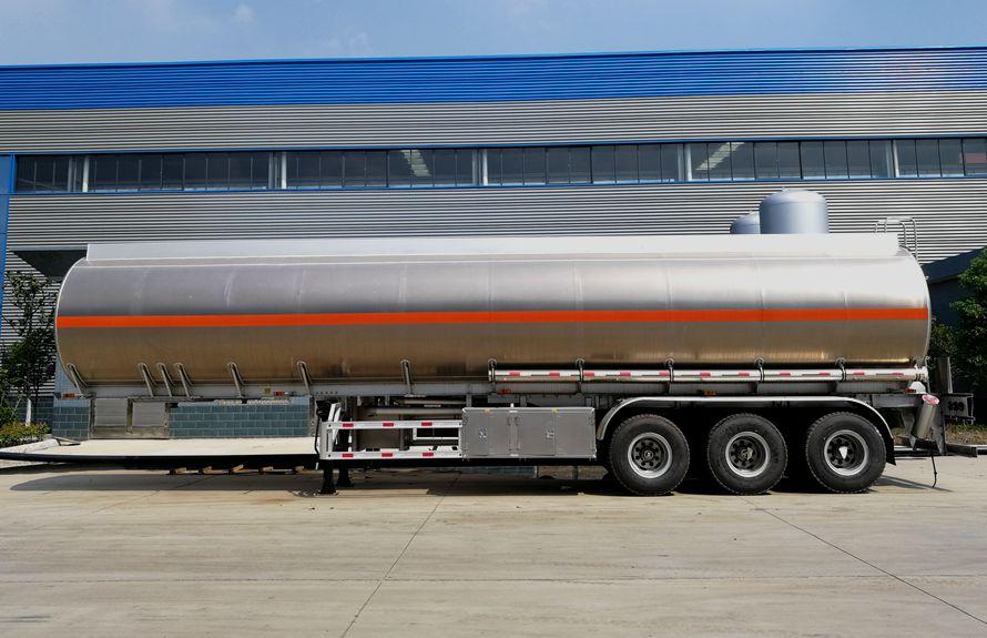 43方铝合金半挂油罐车正侧图片
