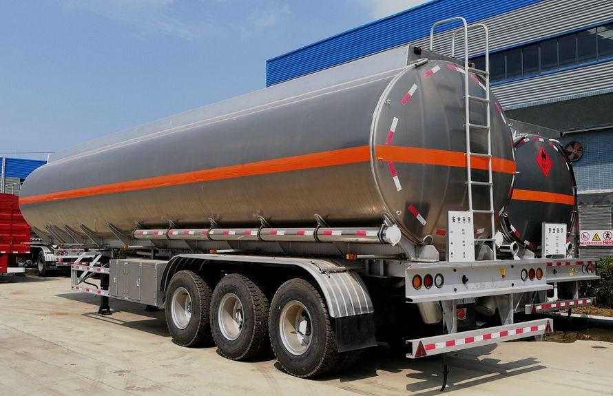 43方铝合金半挂油罐车后侧图片