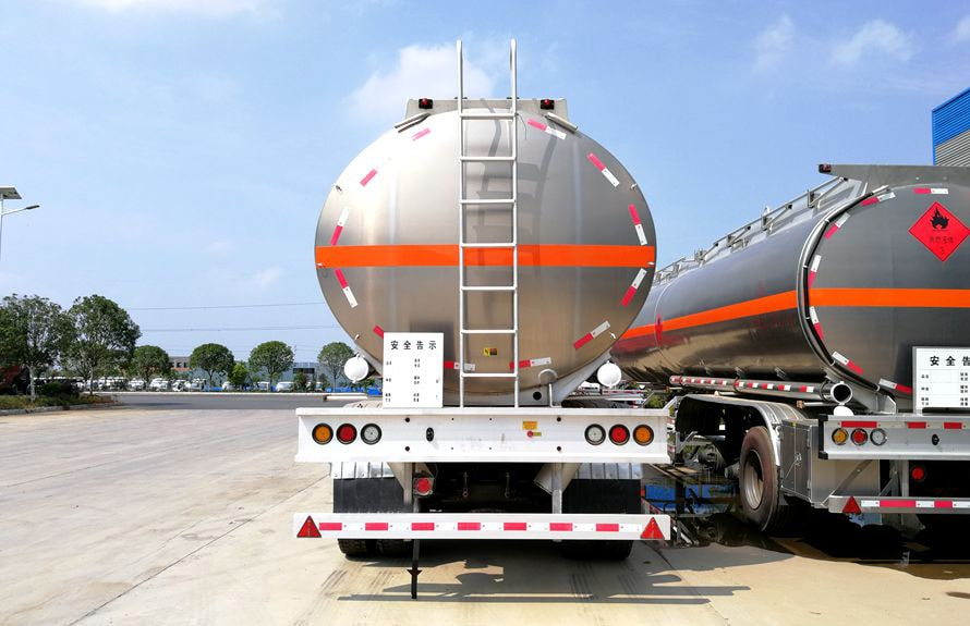 43方铝合金半挂油罐车车尾图片