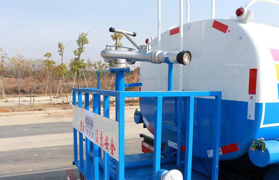 东风多利卡5吨洒水车后工作平台图片