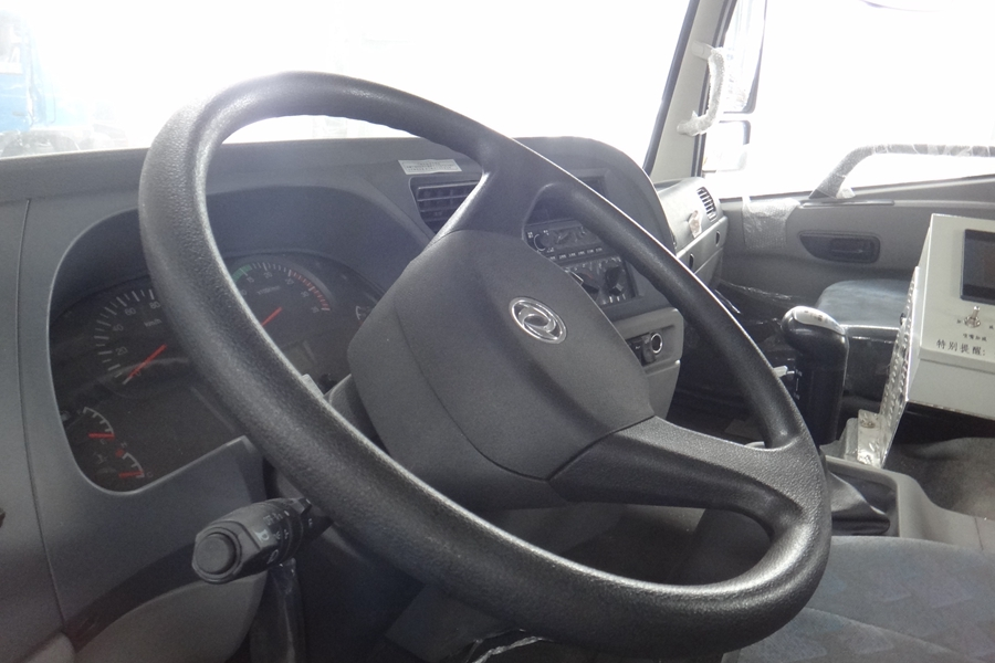 东风12吨沥青洒布车驾驶室图片