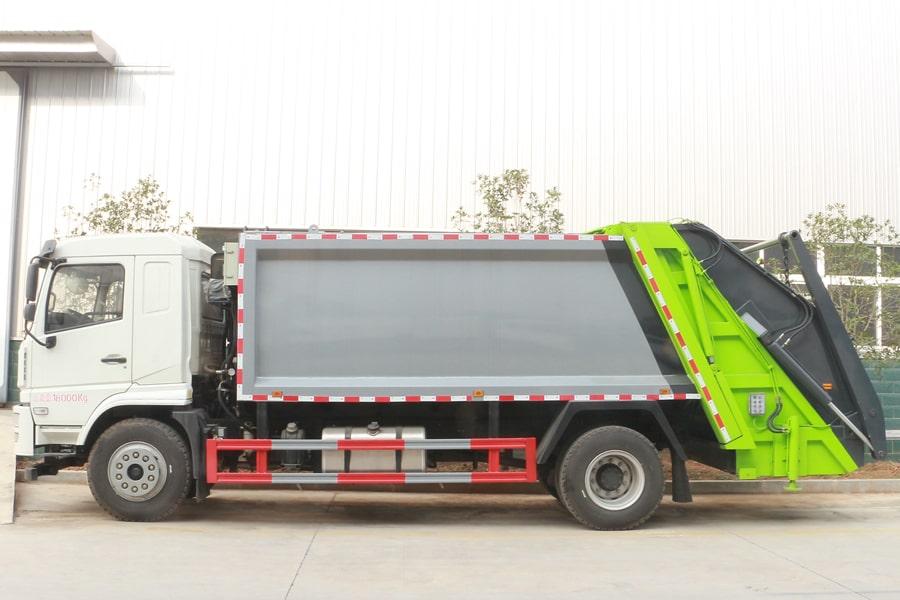 大运8吨压缩垃圾车图片(车头向左正侧)