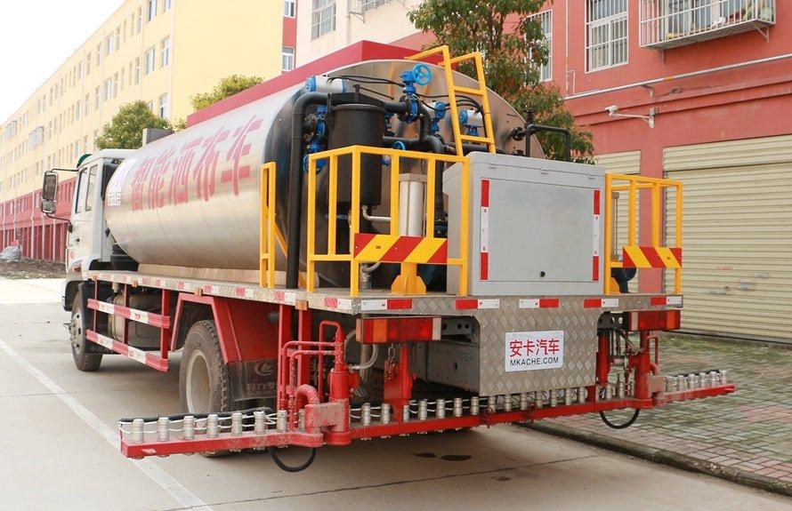 重汽豪沃12吨沥青洒布车后喷洒臂图片