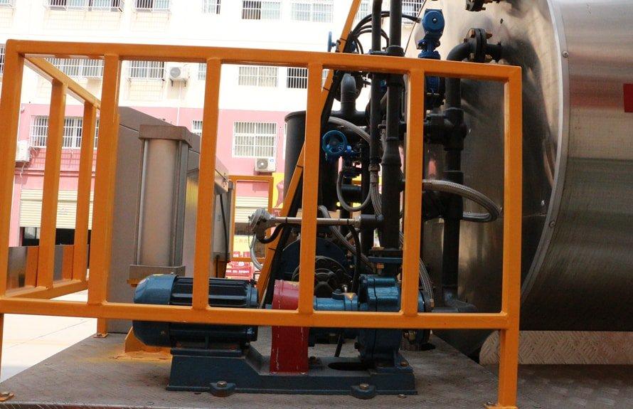重汽豪沃12吨沥青洒布车后工作平台图片