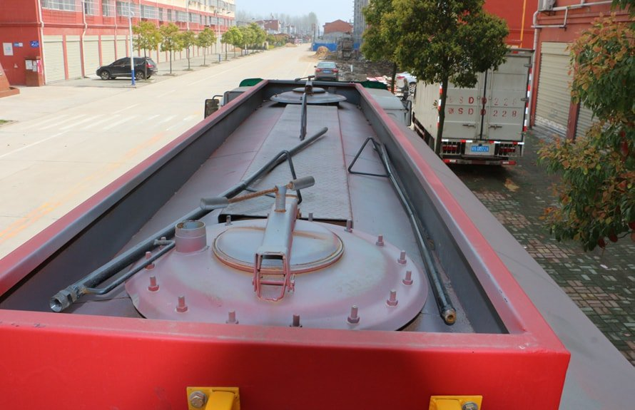 重汽豪沃12吨沥青洒布车罐体顶部图片
