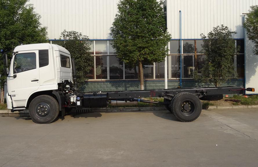 东风8吨压缩垃圾车底盘图片(车头向左正侧)