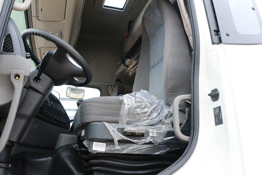 东风天龙9.6米冷藏车正驾驶室图片