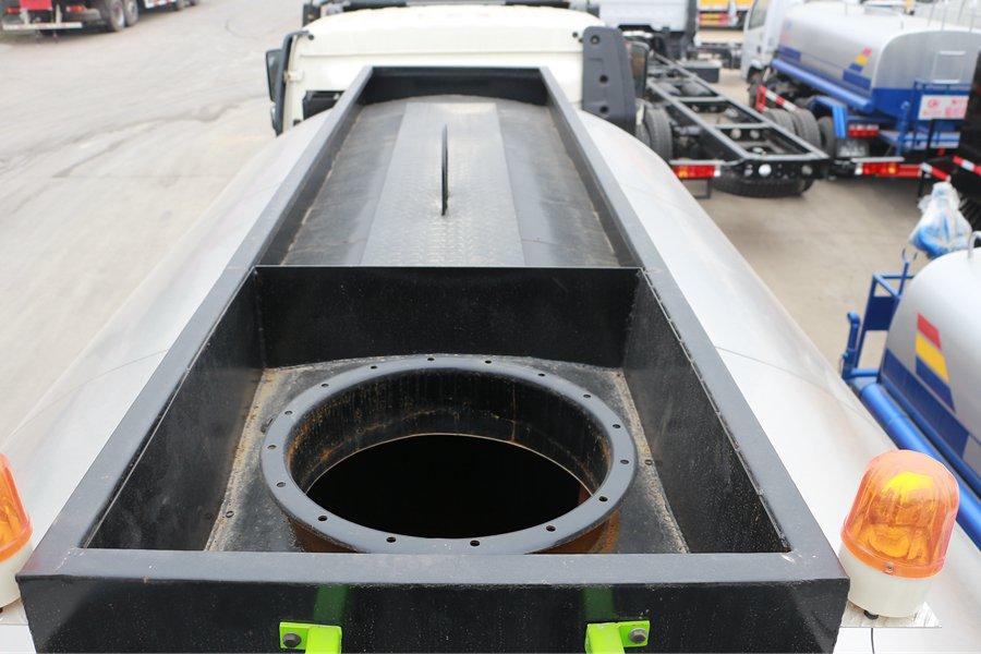 解放国六12立方沥青洒布车罐体顶部图片