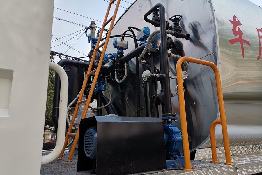 重汽前四后八同步碎石封层车泵进泵出管道图片