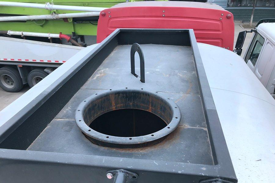 重汽前四后八同步碎石封层车沥青罐罐体顶部图片