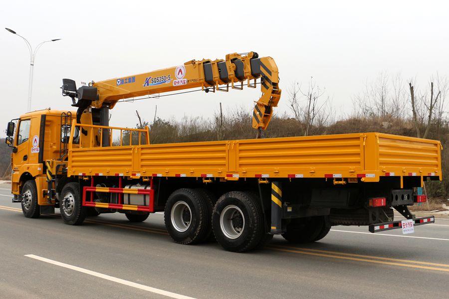 徐工汉风14吨单联泵随车吊车尾向右图片
