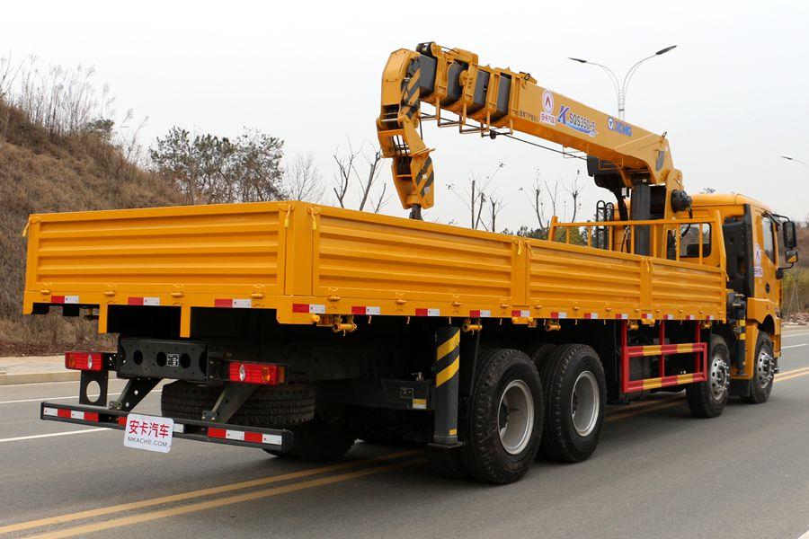 徐工汉风14吨单联泵随车吊车尾向左图片