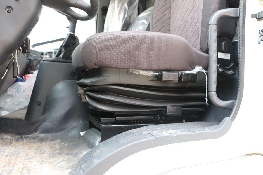 福田瑞沃6.8/7.6米冷藏车气囊座椅图片