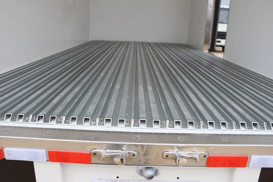 江铃顺达宽体4.2米冷藏车通风槽图片