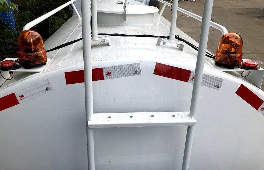 东风多利卡5吨洒水车罐体顶部图片